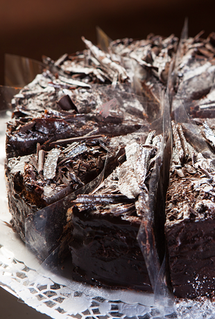 Торт шоколадный с черной смородиной